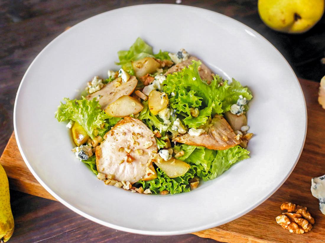 Фит салат с цыпленком и грушей