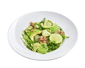 Зеленый салат с авокадо, кремом гуакомоле и кеноа