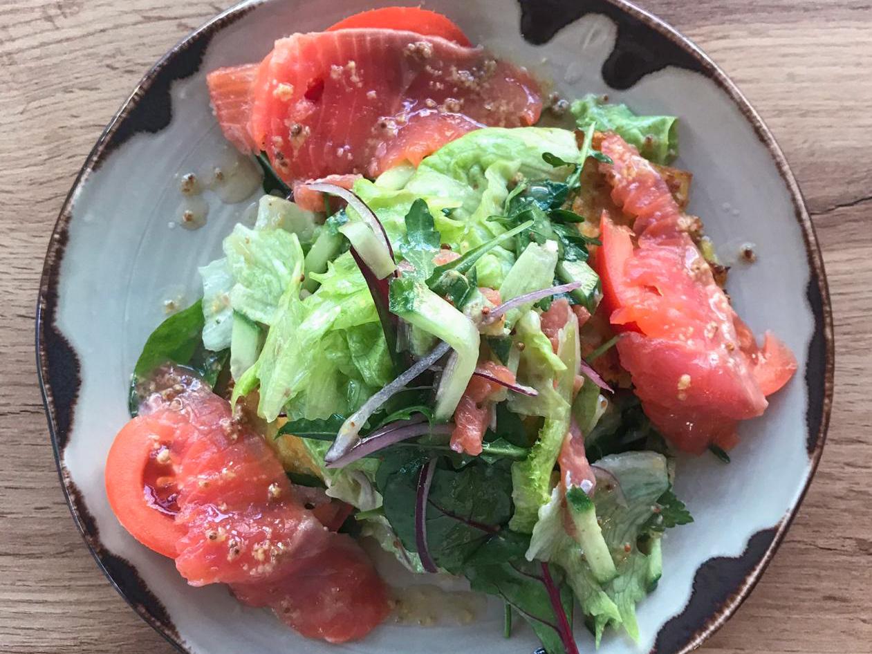 Салат с сёмгой и картофельными драниками