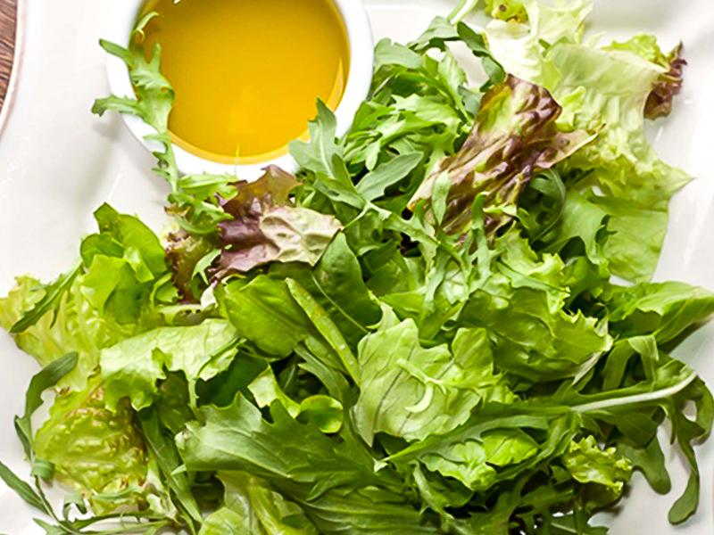 Микс салатов с ароматным оливковым маслом