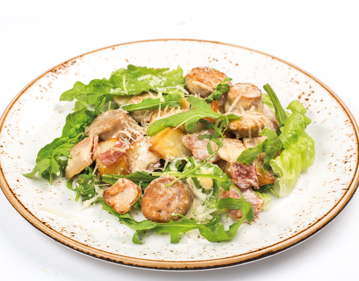 Салат с колбасками и жареным картофелем