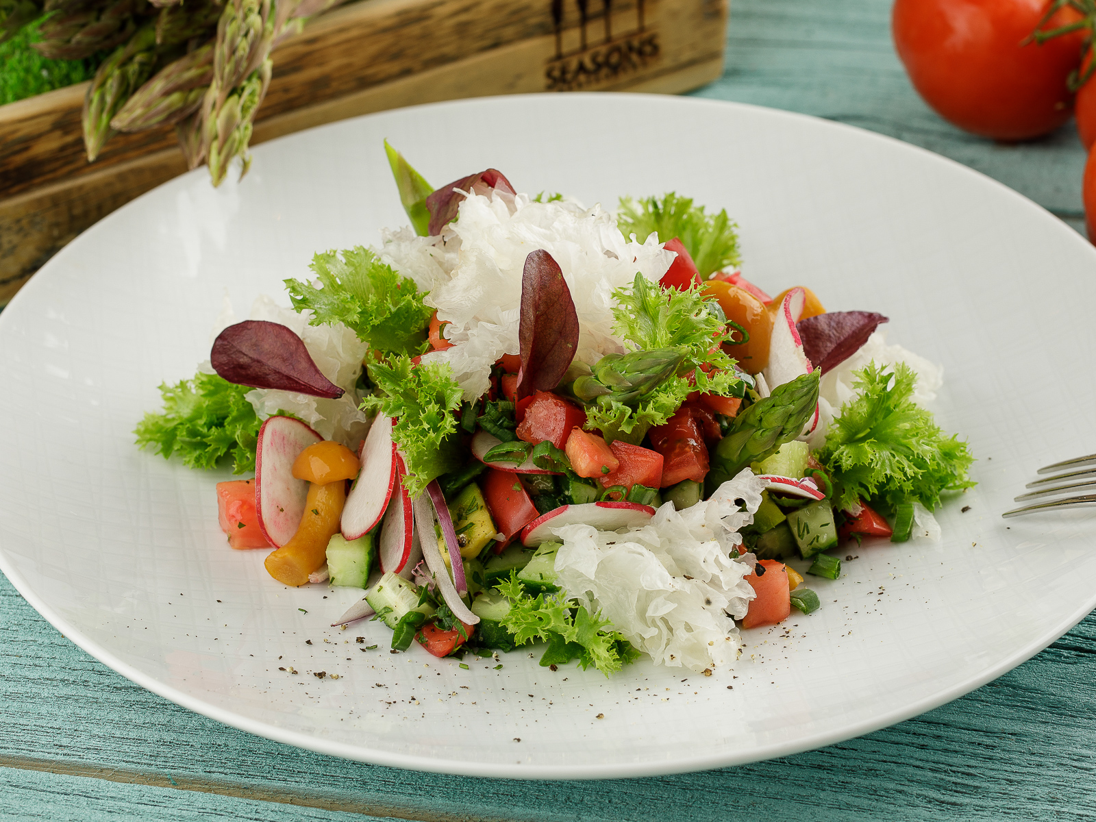 Салат со спаржей, древесными грибами и опятами