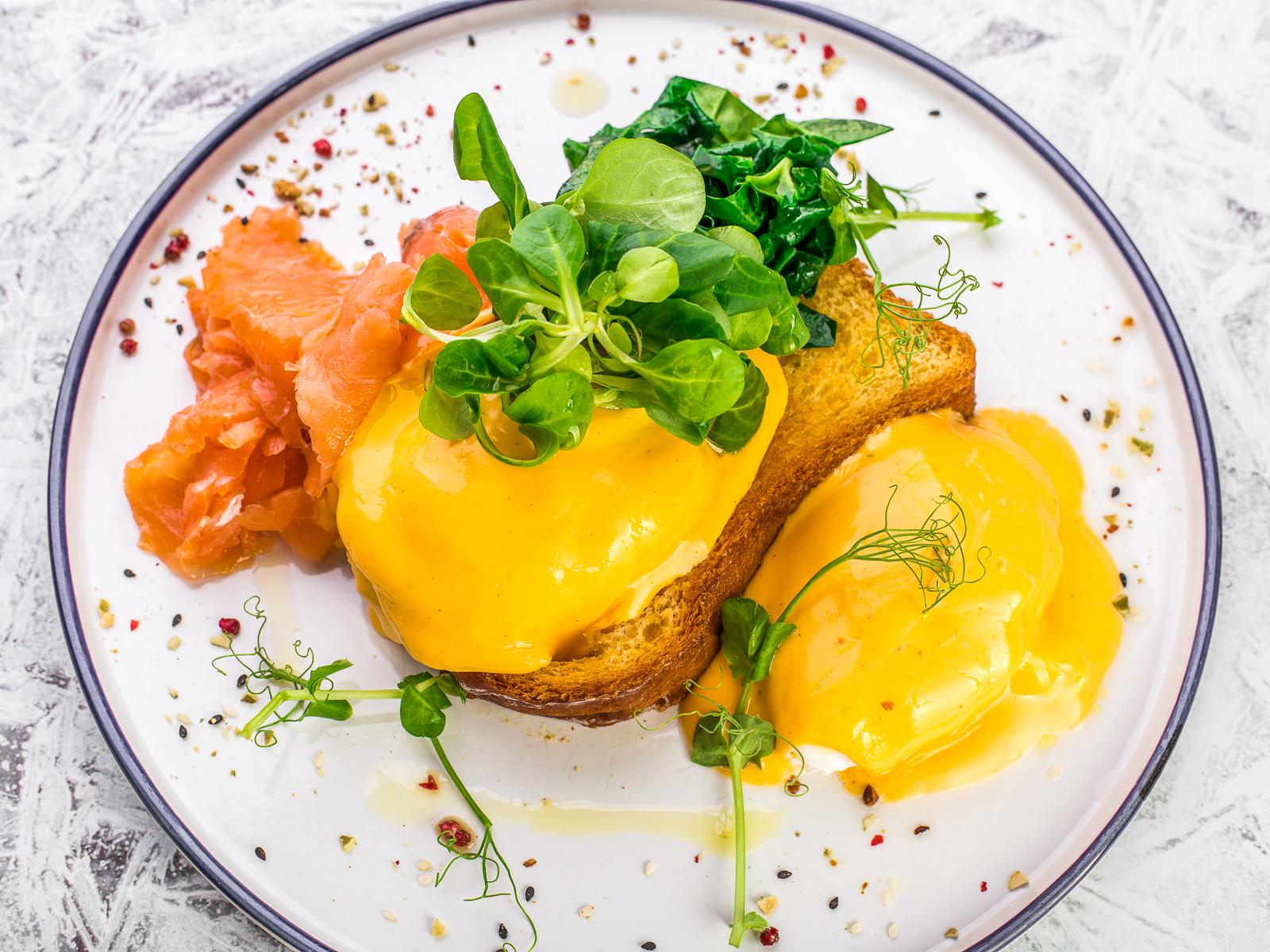 Яйца Бенедикт с лососем и шпинатом