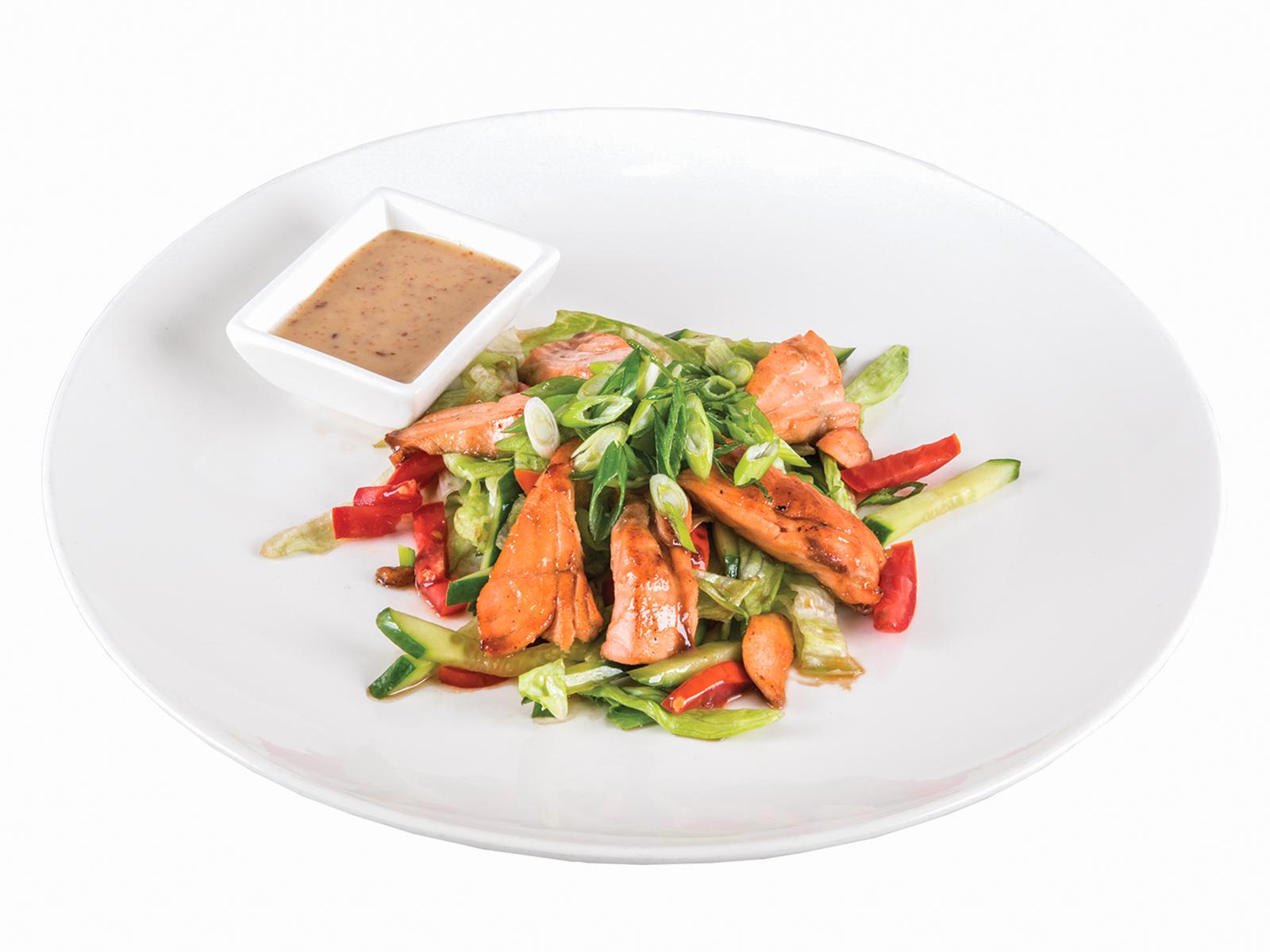 Салат с теплым лососем