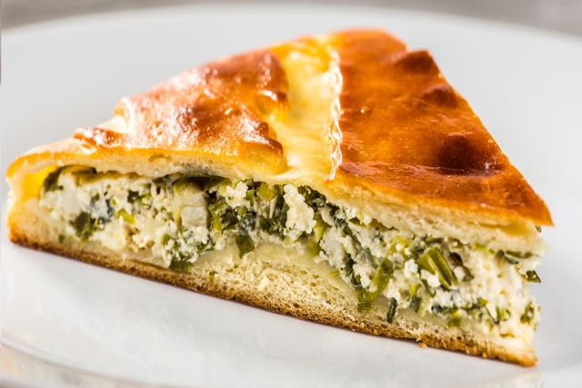 Пирог с сыром и зелёным луком