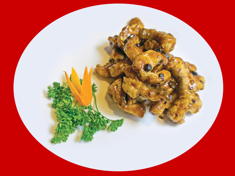 Филе судака в соусе из черных бобов