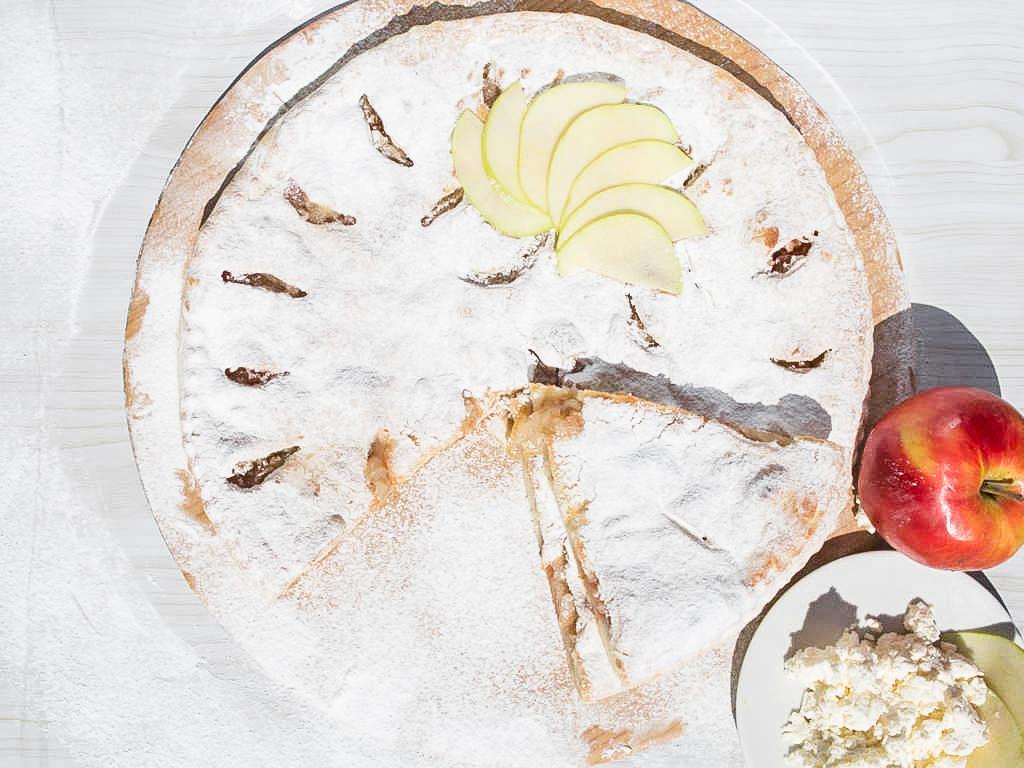 Осетинский творожный пирог с яблоками