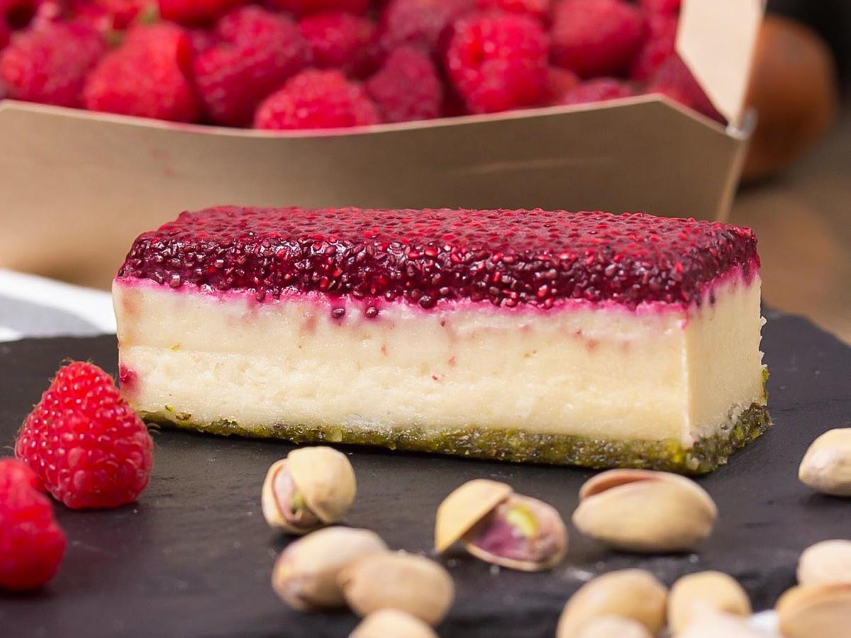 Десерт малиново-фисташковый