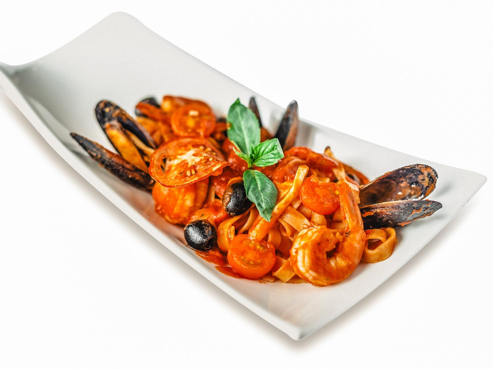 Феттучини с морепродуктами и томатным соусом