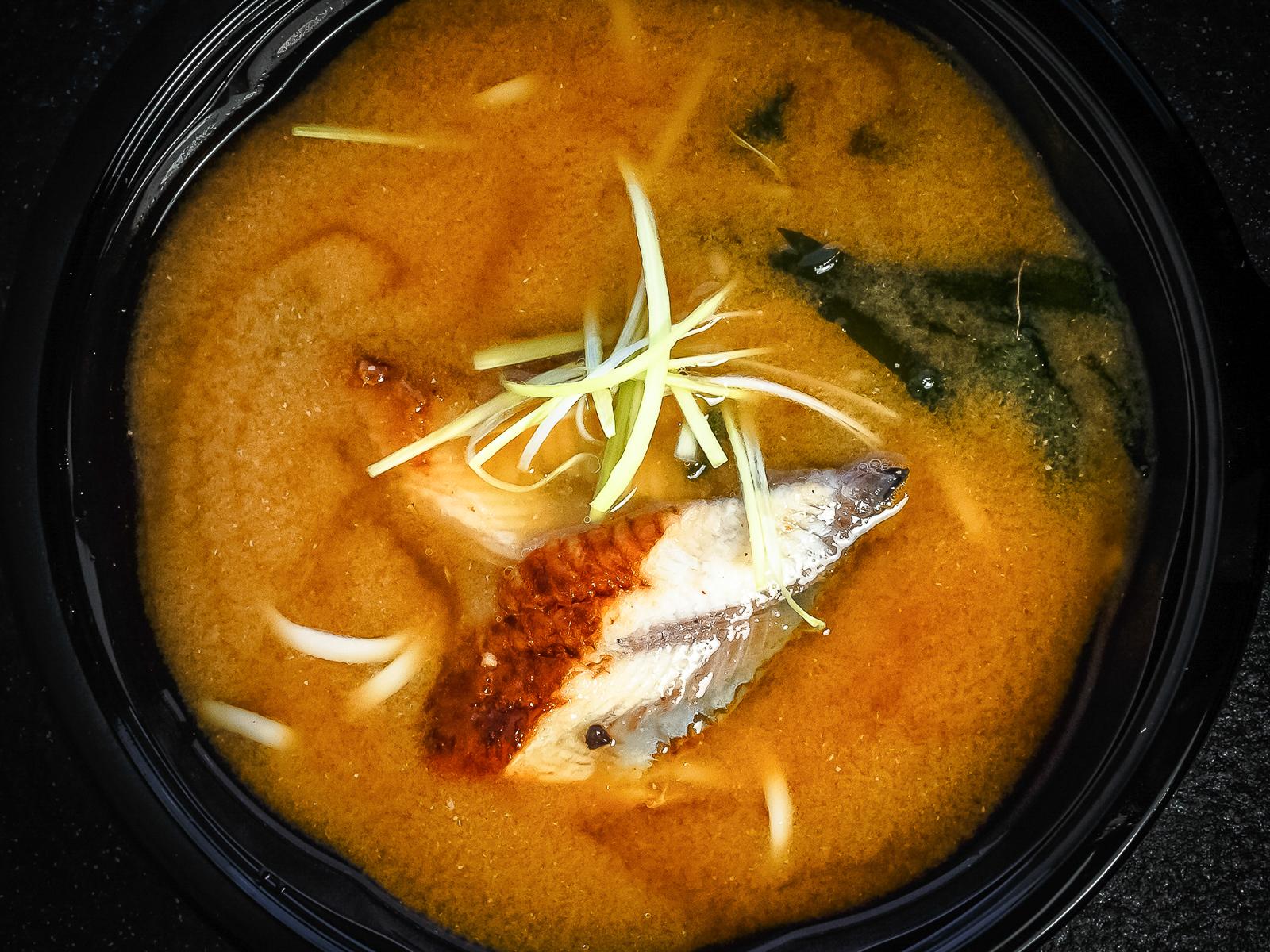 Мисо-суп с угрем и лапшой удон