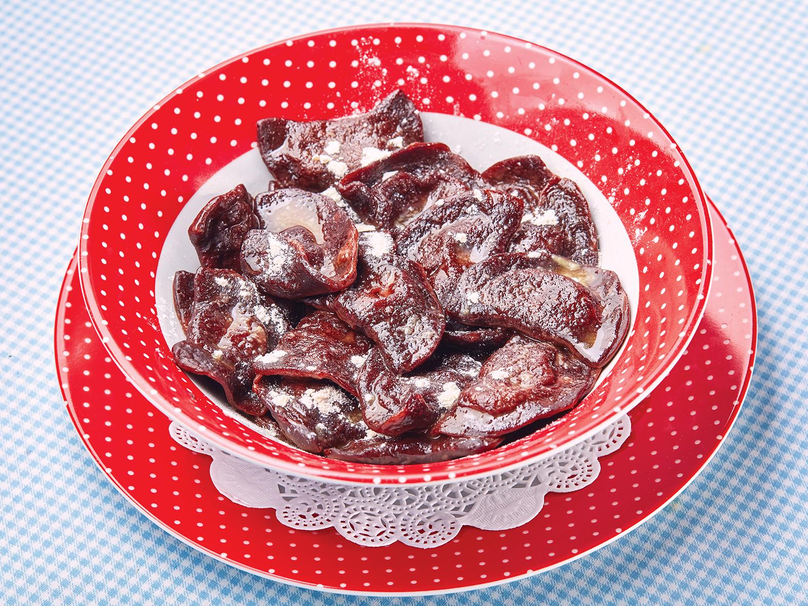 Шоколадные вареники с вишней и ванильной сметаной