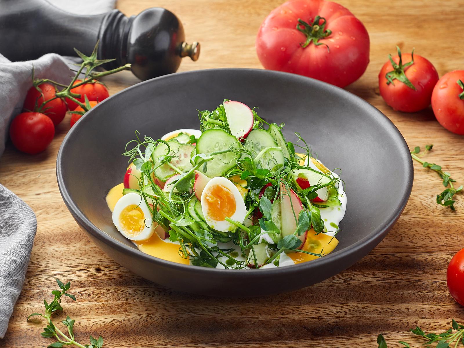 Салат из сезонных овощей со сметаной и укропным маслом