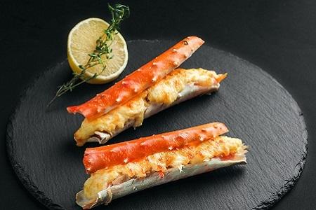 Фаланги камчатского краба, запеченные с сырным соусом