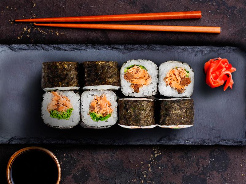 Ролл с жареным лососем и салатиком
