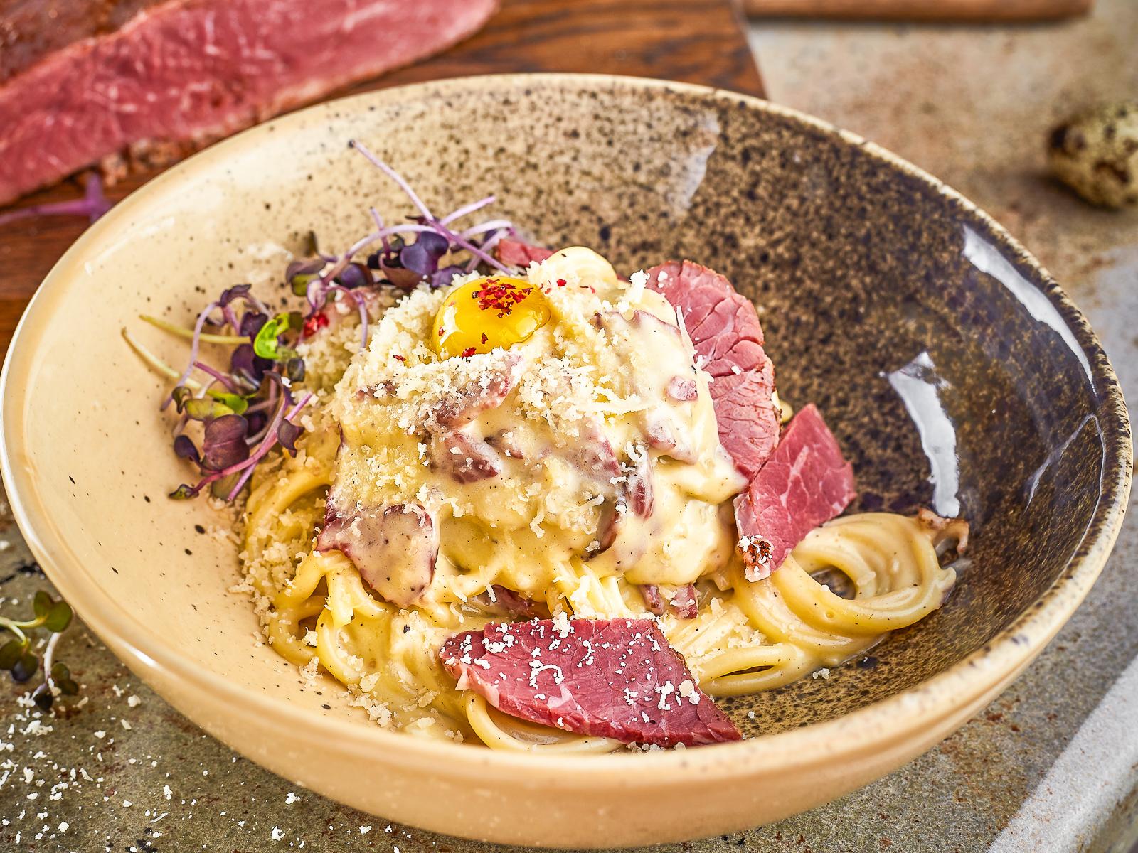 Спагетти Карбонара с пастрами из говядины