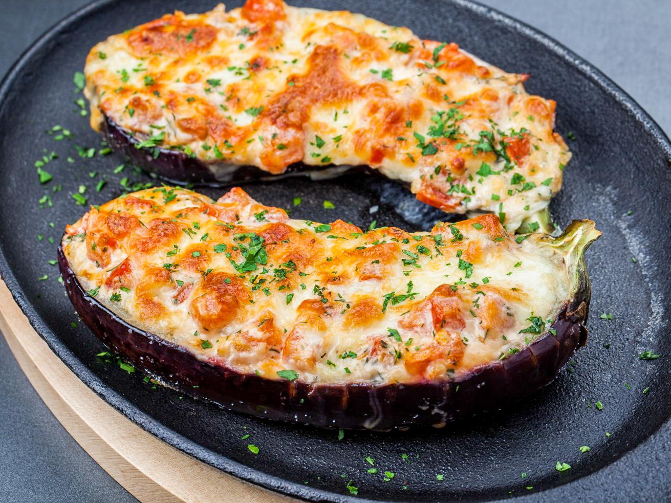 Запеченные баклажаны с томатами и сыром