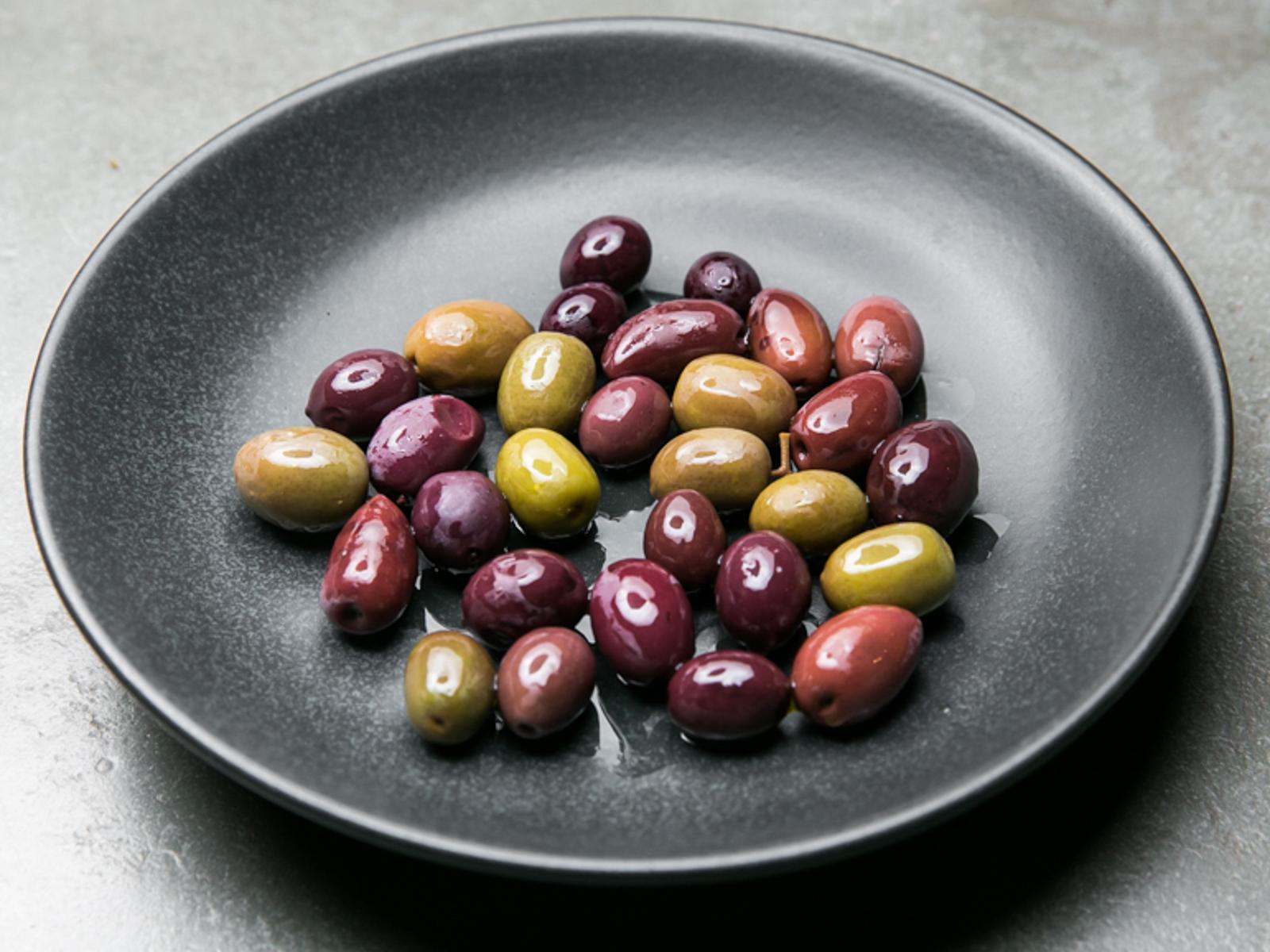 Разные оливки и маслины