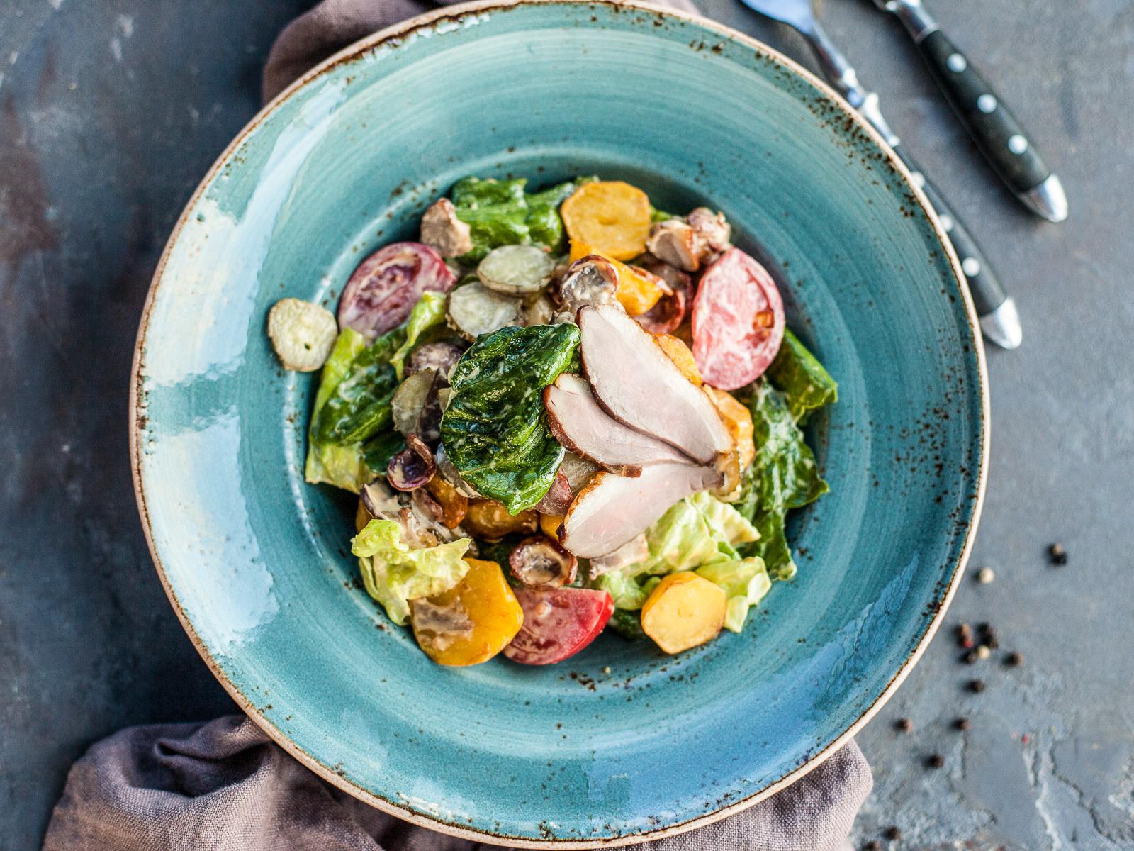 Теплый салат с копчёностями