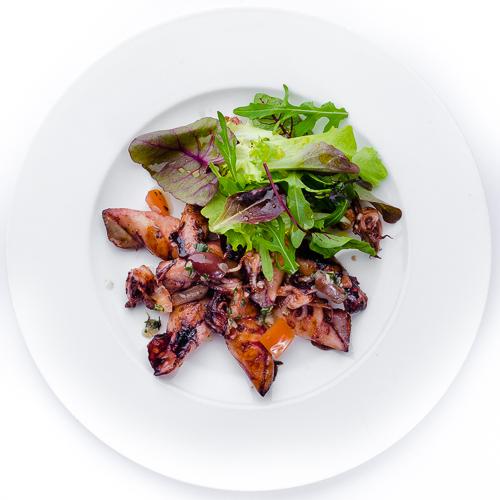 Мини-кальмары на гриле с хрустящим салатом