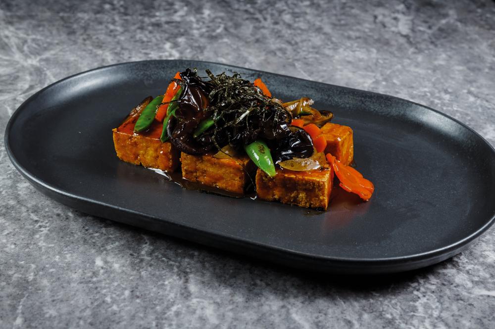 Жареный тофу с грибами, овощами и зеленым горошком