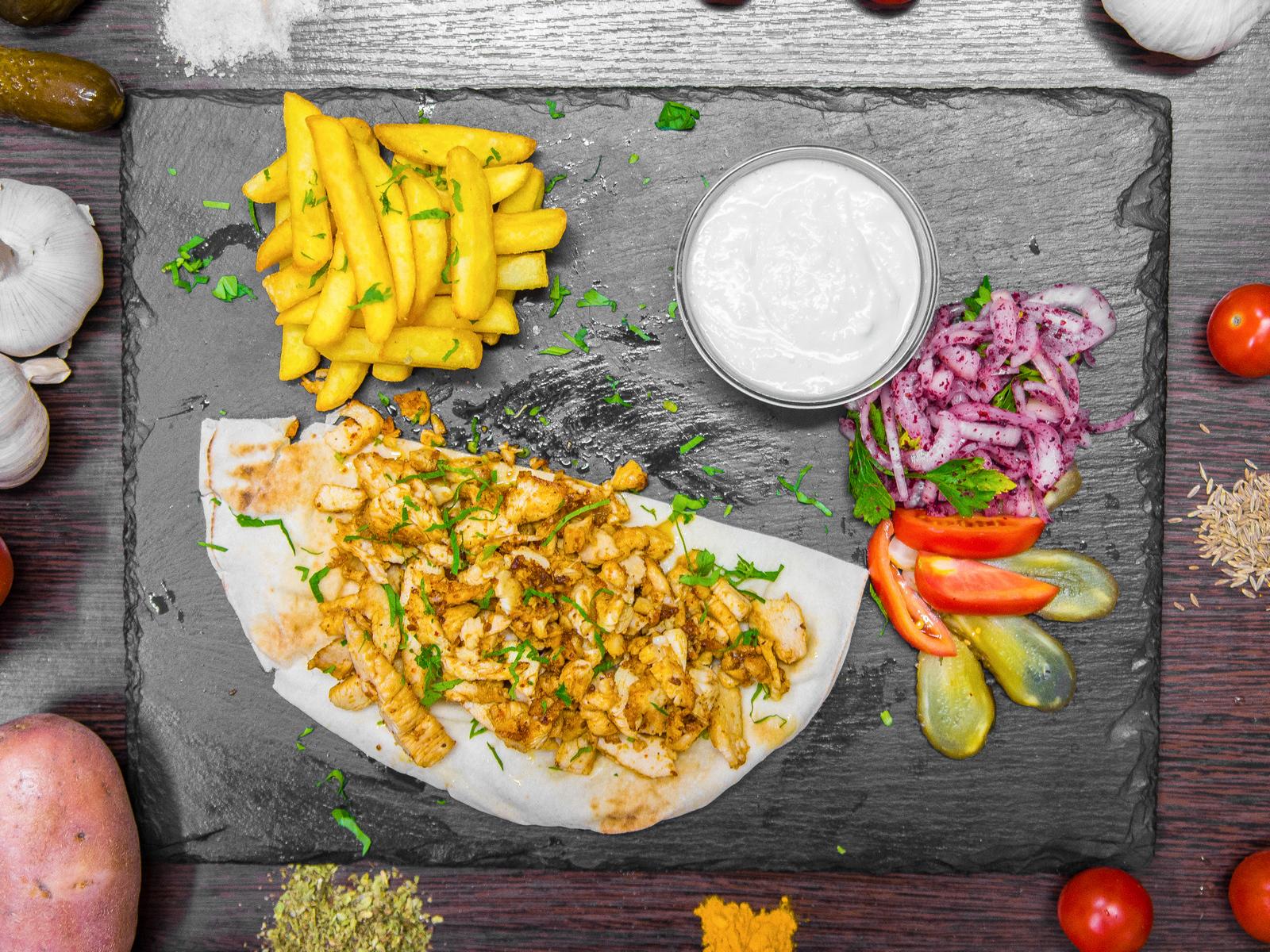 Куриная арабская шаурма на тарелке