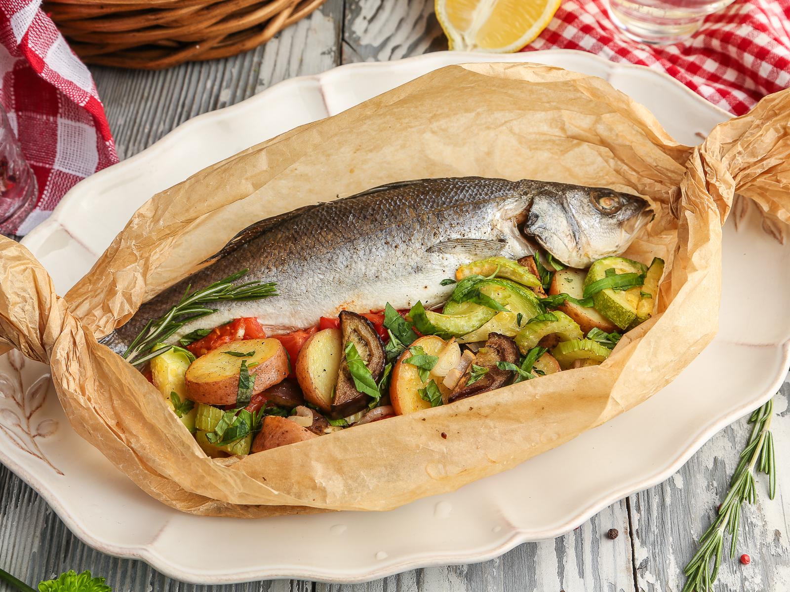Сибас в конверте с овощами