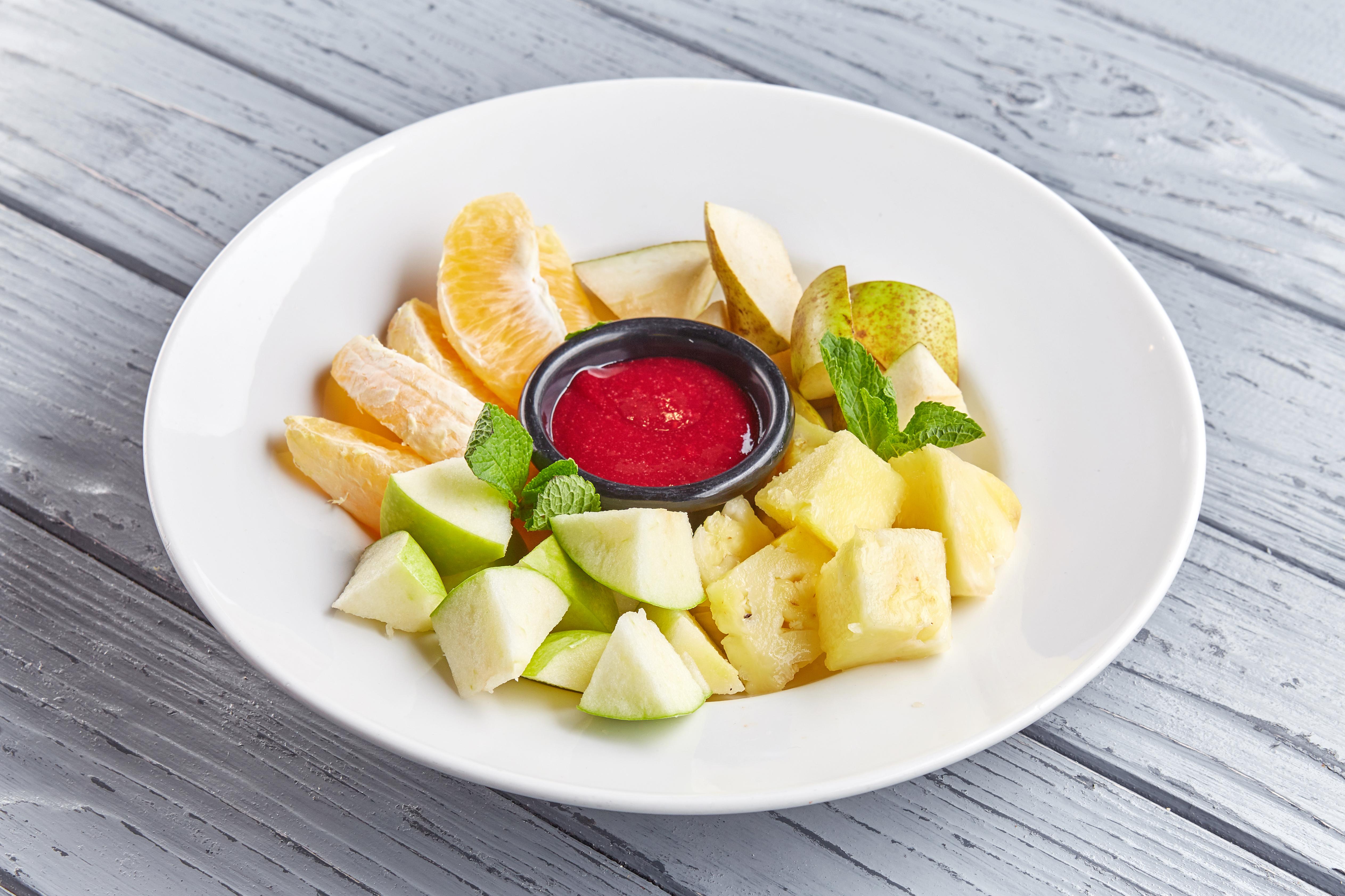 Ассорти из свежих фруктов с малиновым соусом