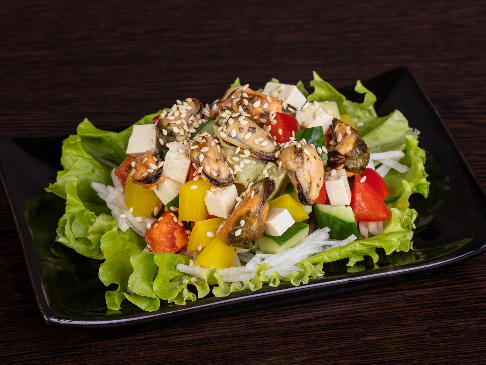 Салат с копчеными мидиями и тофу