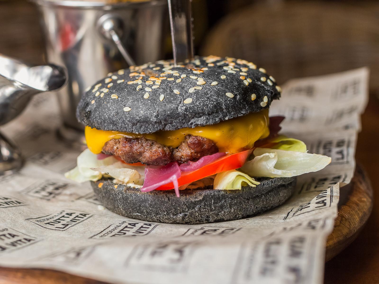 Черный Бургер барбекю с картофелем фри
