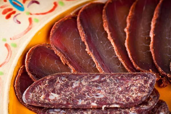 Тарелка вяленого мяса в ароматных специях