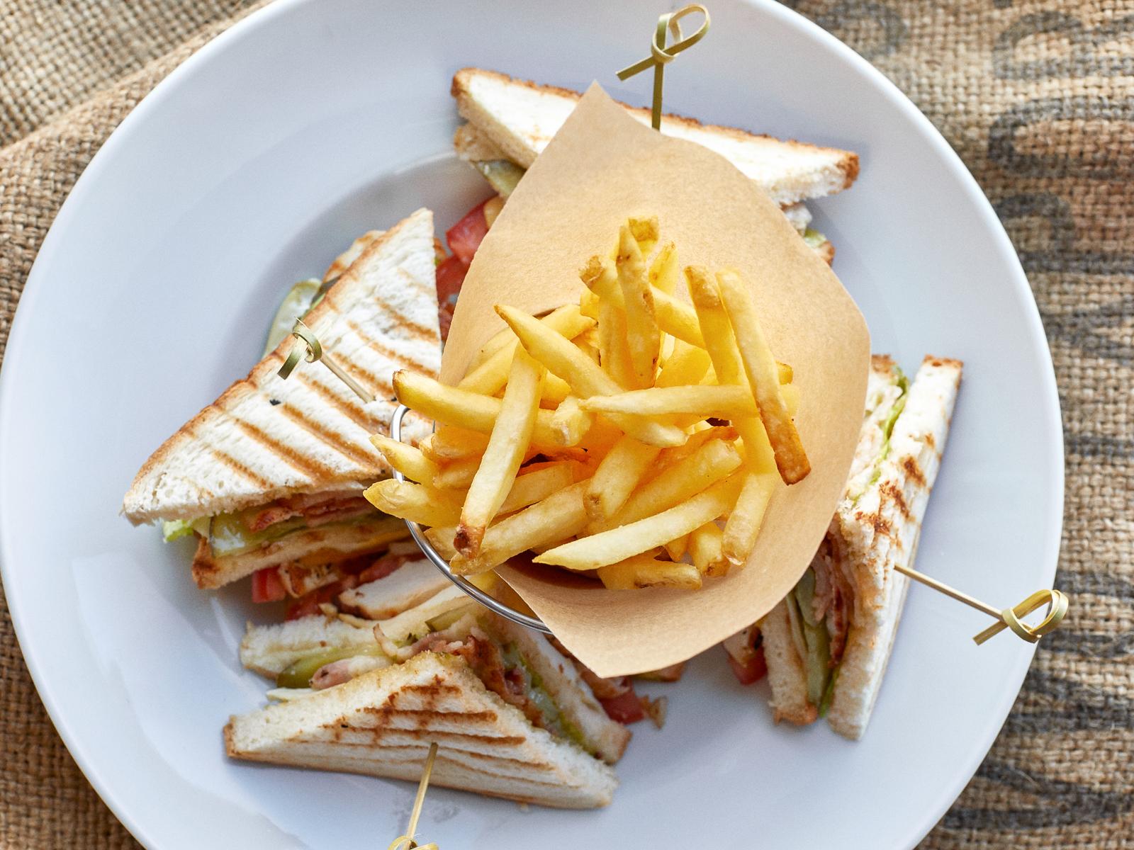 Большой клаб сэндвич с картофелем фри