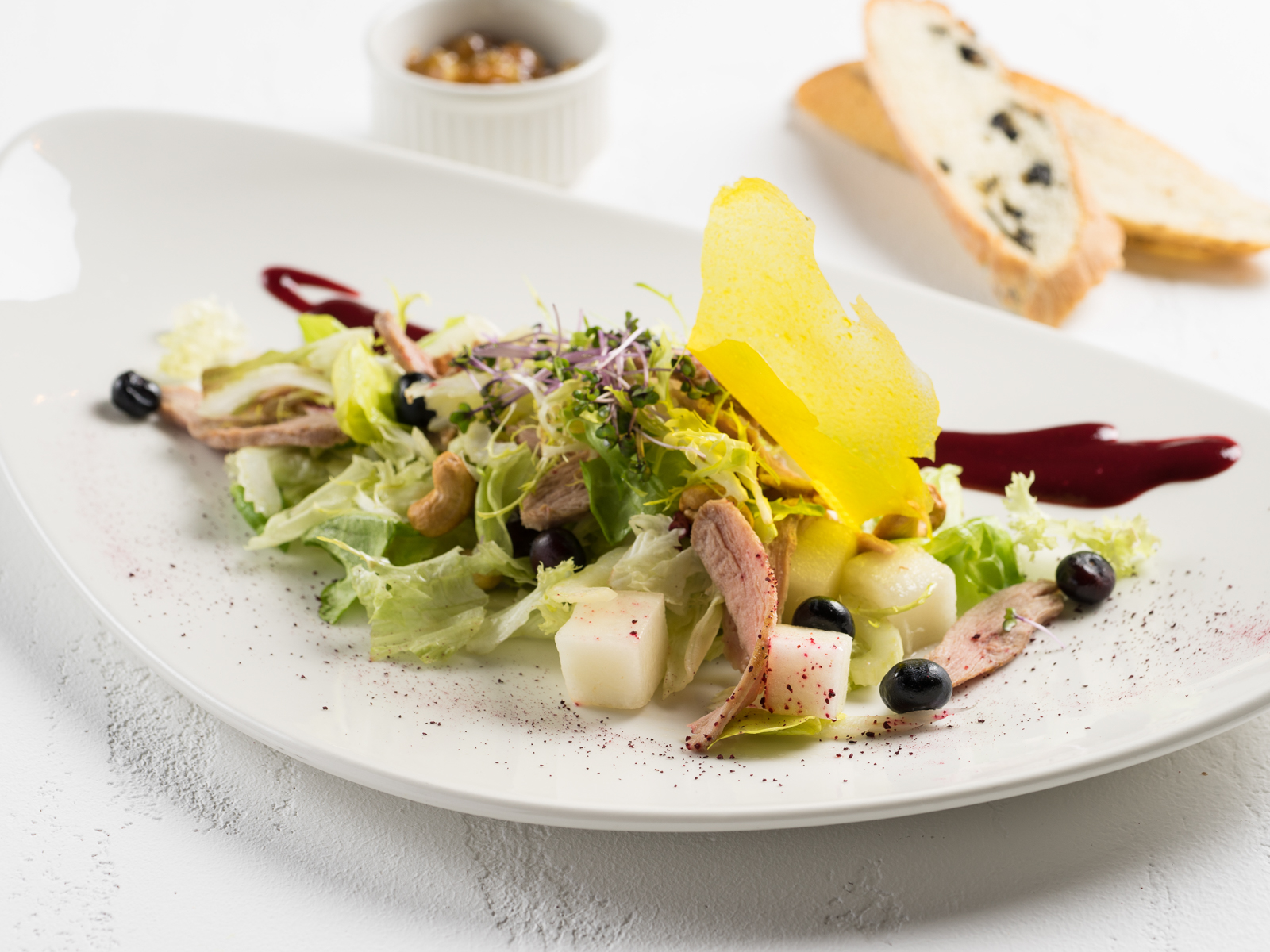 Салат с утиной грудкой су-вид и ягодным соусом