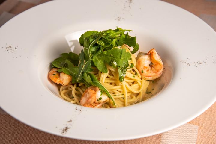 Спагетти с креветками и руколой