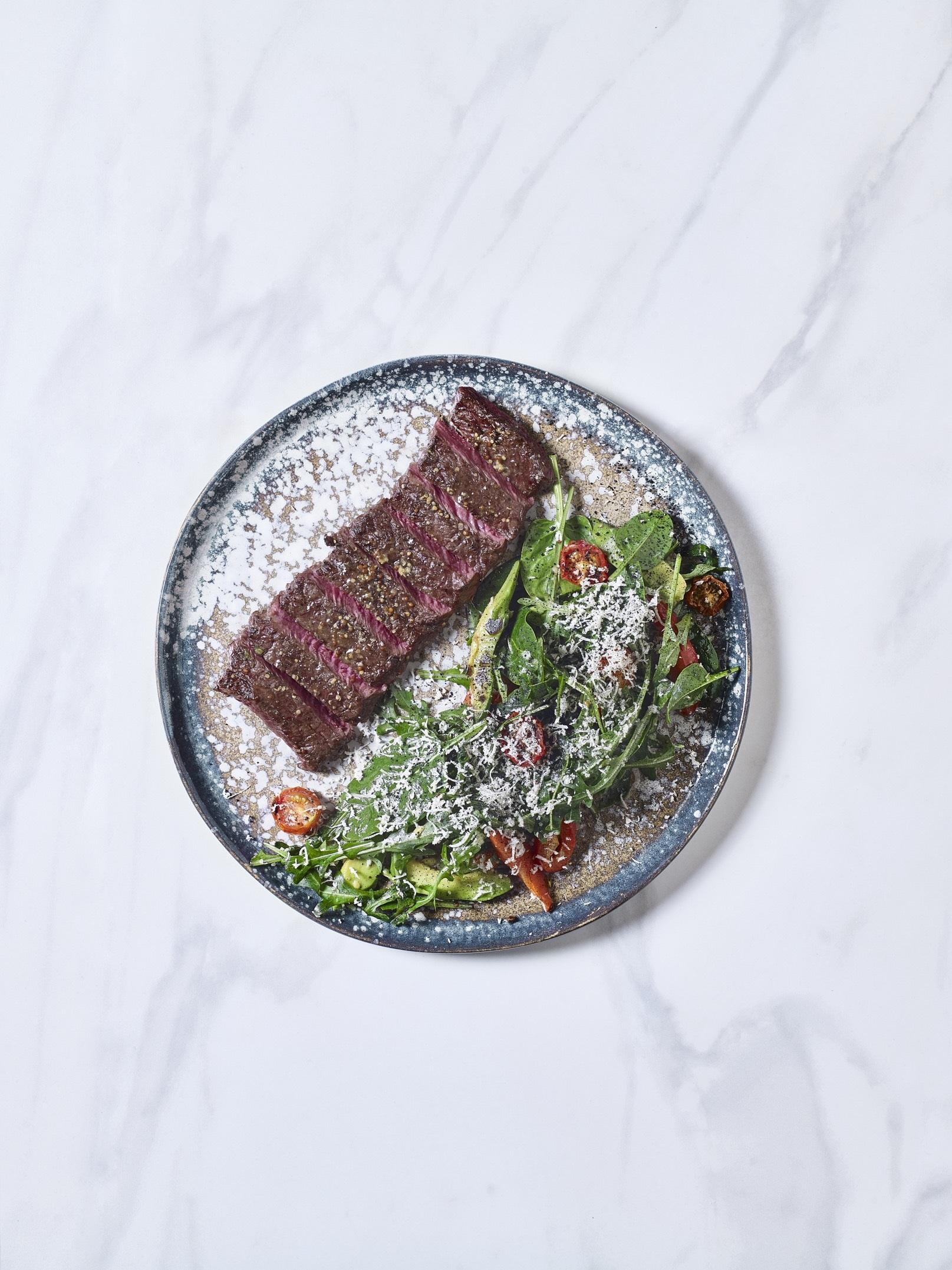 Стейк-салат с зелёным миксом, с авокадо и свежим х