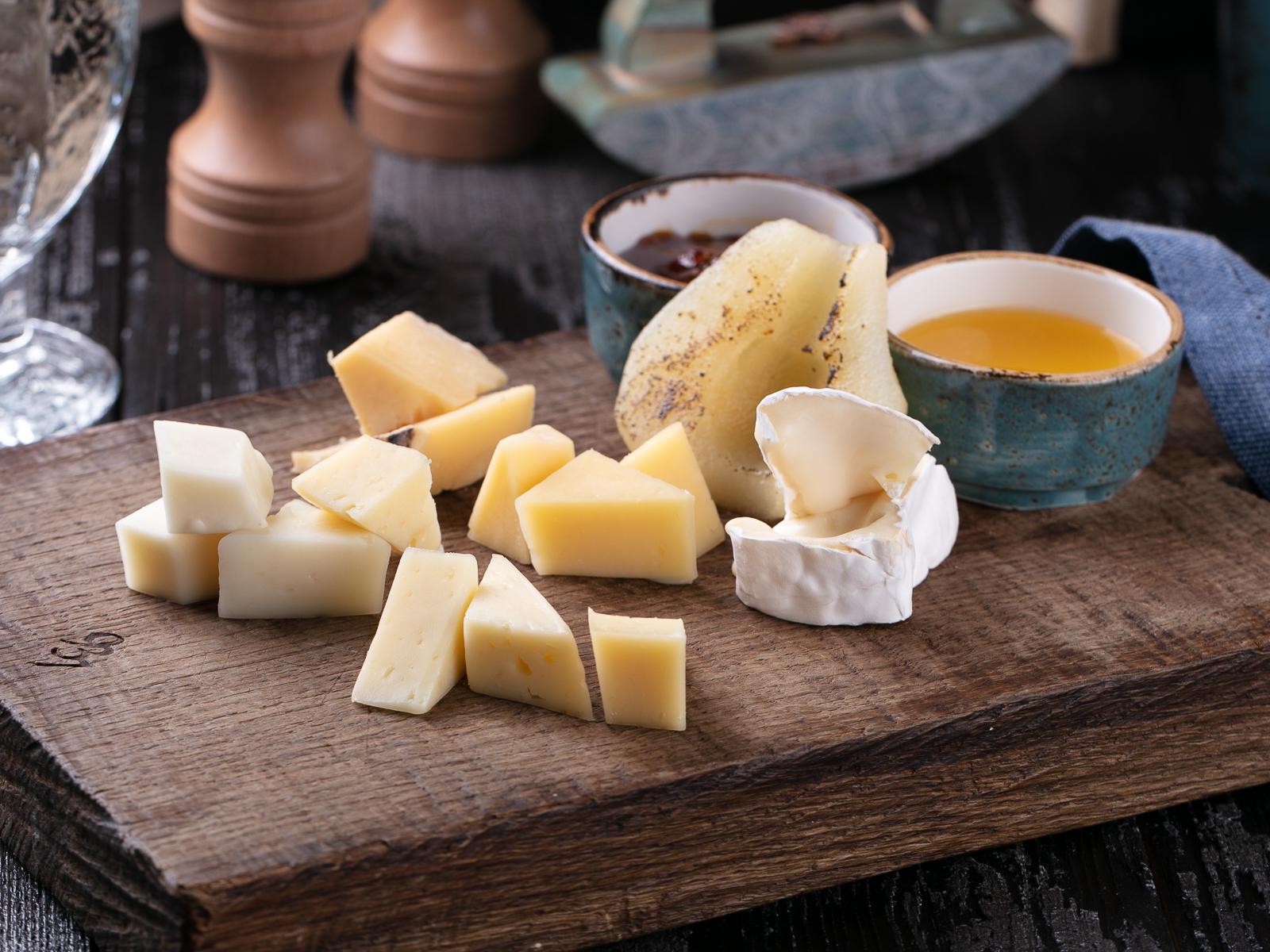 Ассорти фермерских сыров с деревенским медом