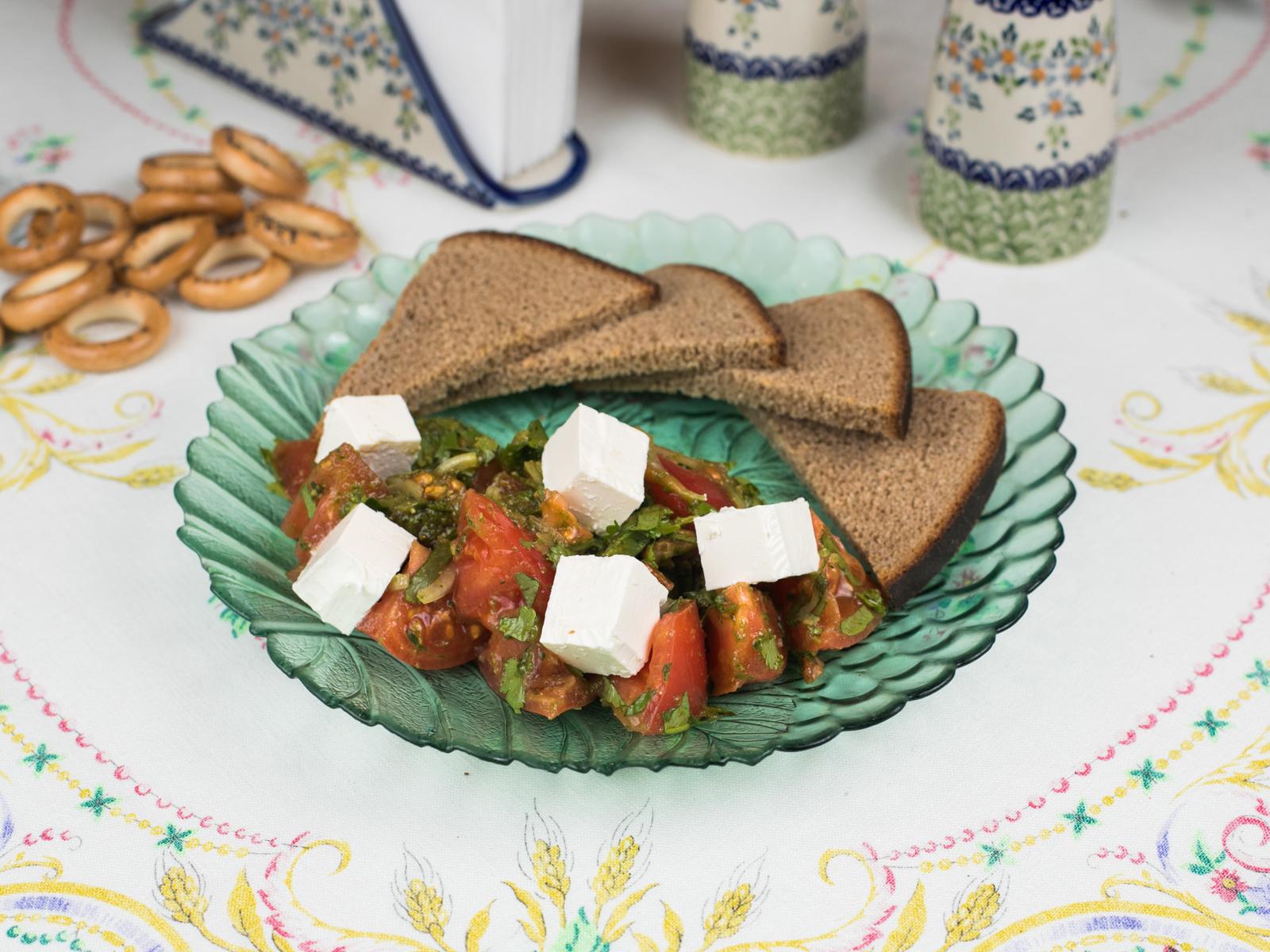 Салат из свежих помидорчиков с кинзой и брынзой