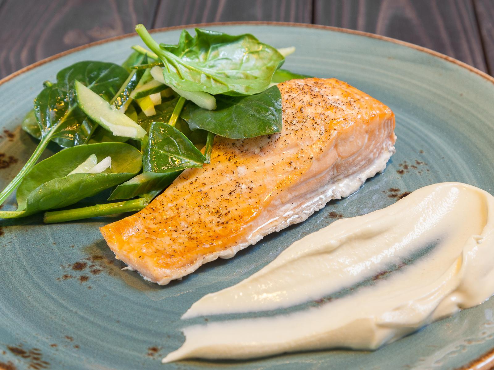 Стейк лосося с легким салатом