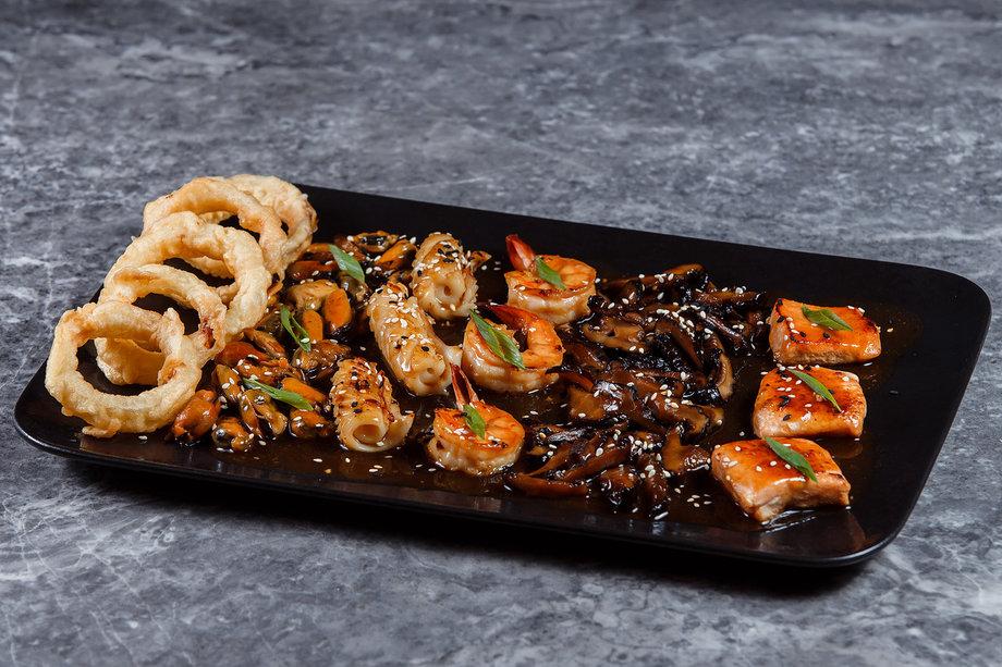 Морепродукты, запечённые в азиатском соусе
