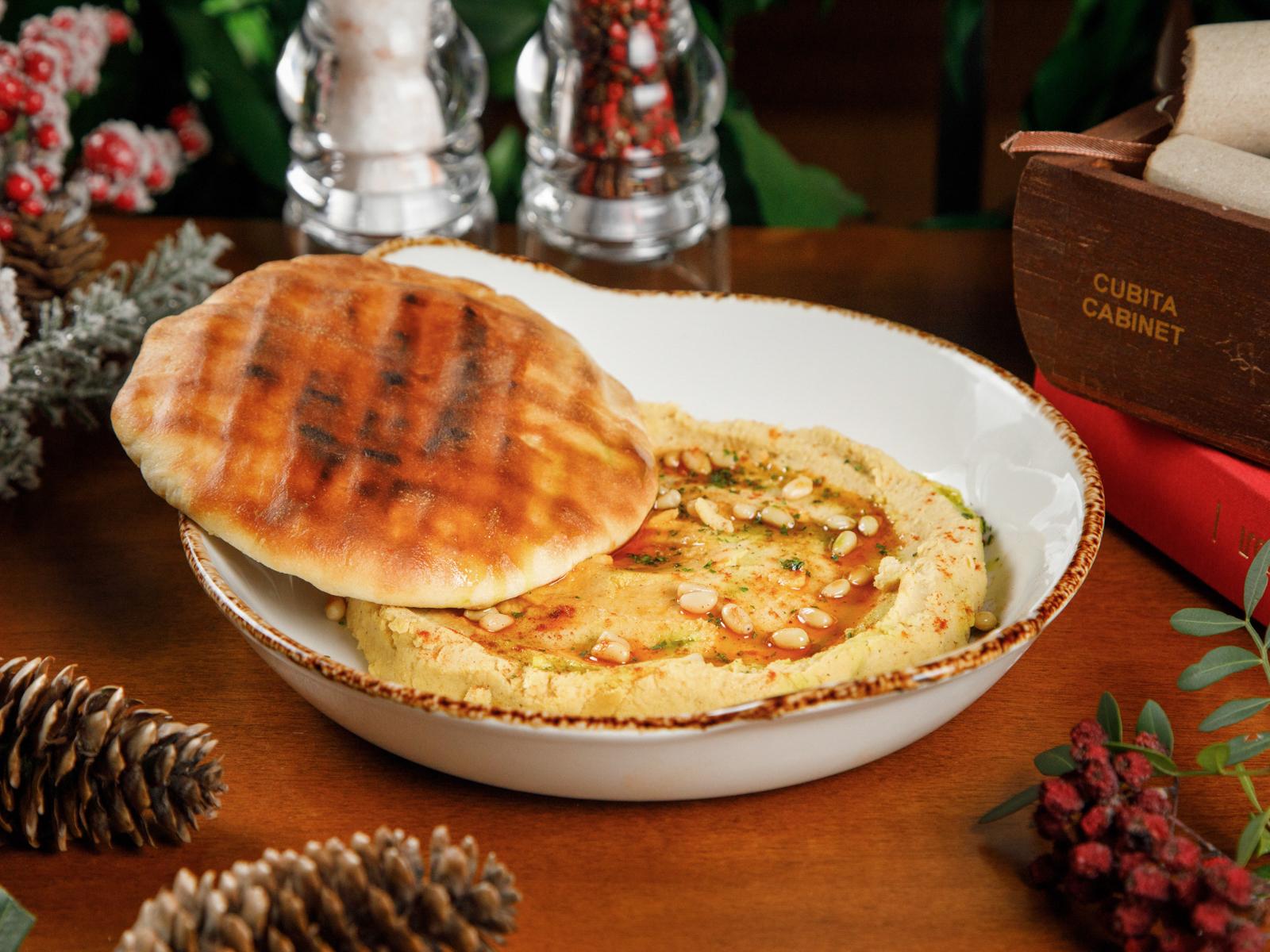 Хумус с хрустящей питой, кедровыми орехами и острым маслом