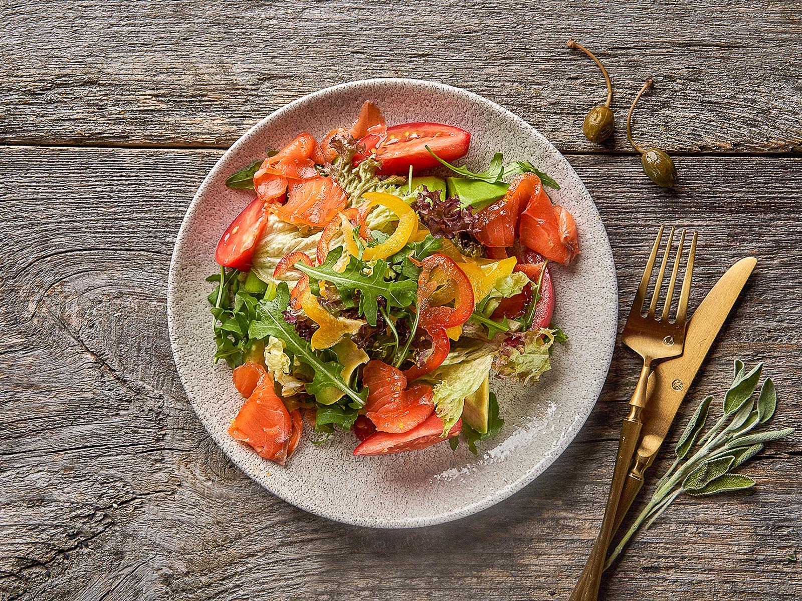 Салат со с/с семгой и овощами