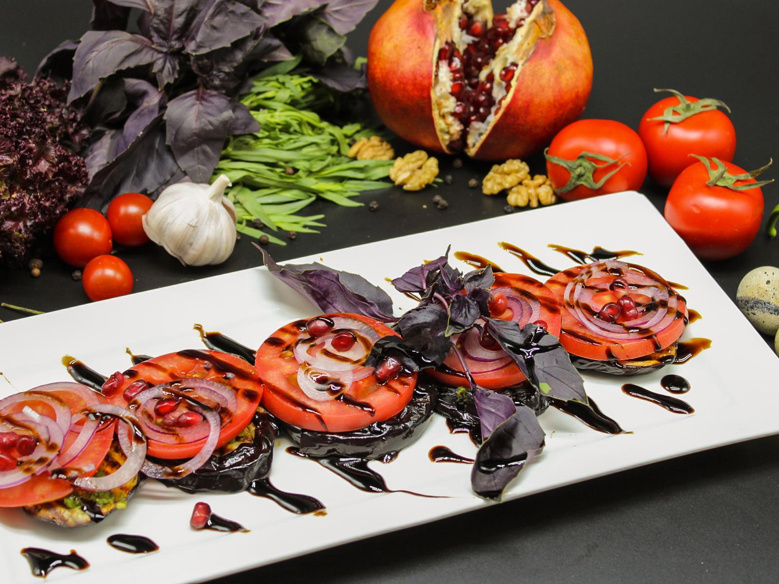 Салат из помидоров с запеченными баклажанами