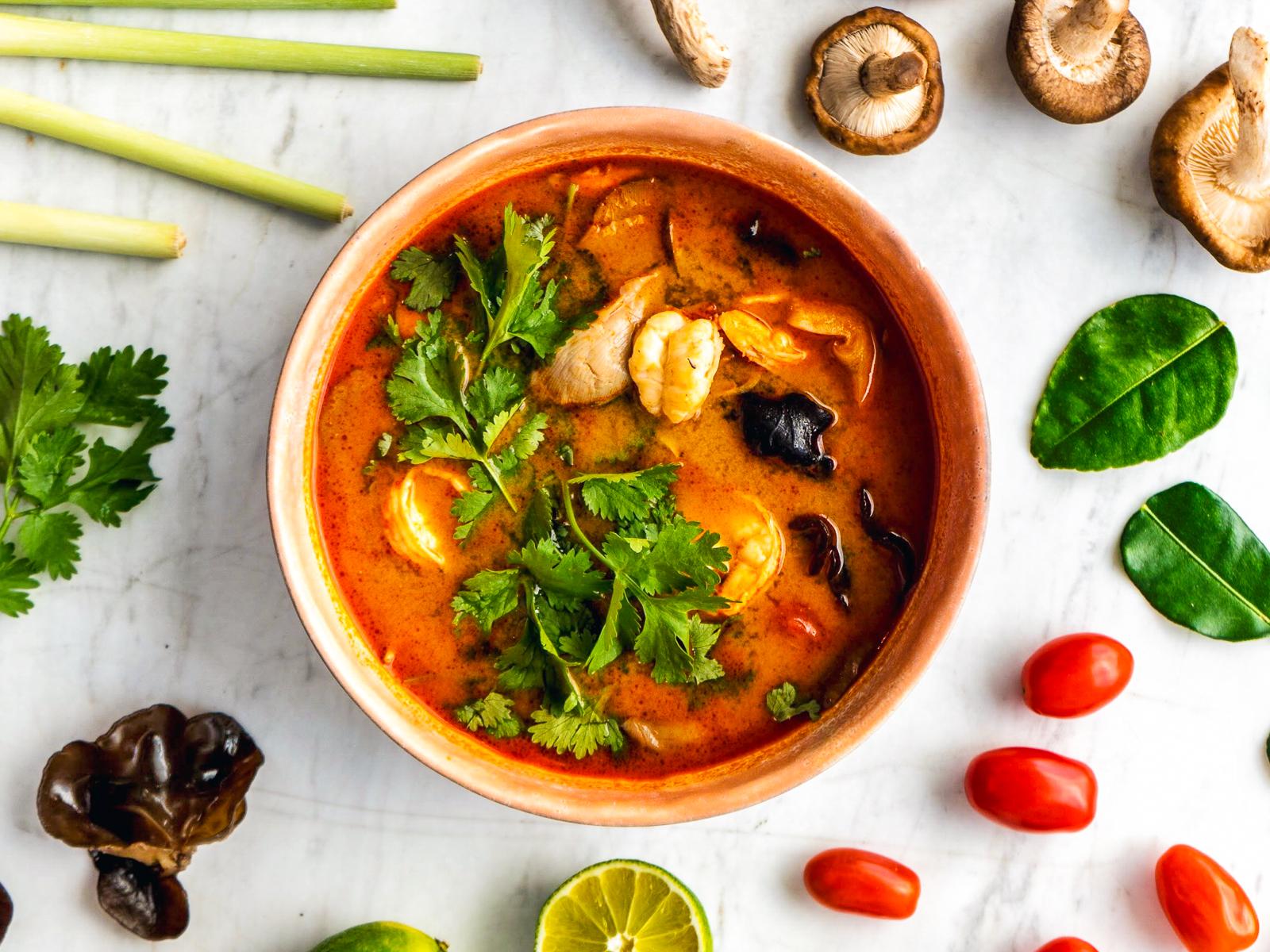 Суп Том ям с креветками и древесными грибами