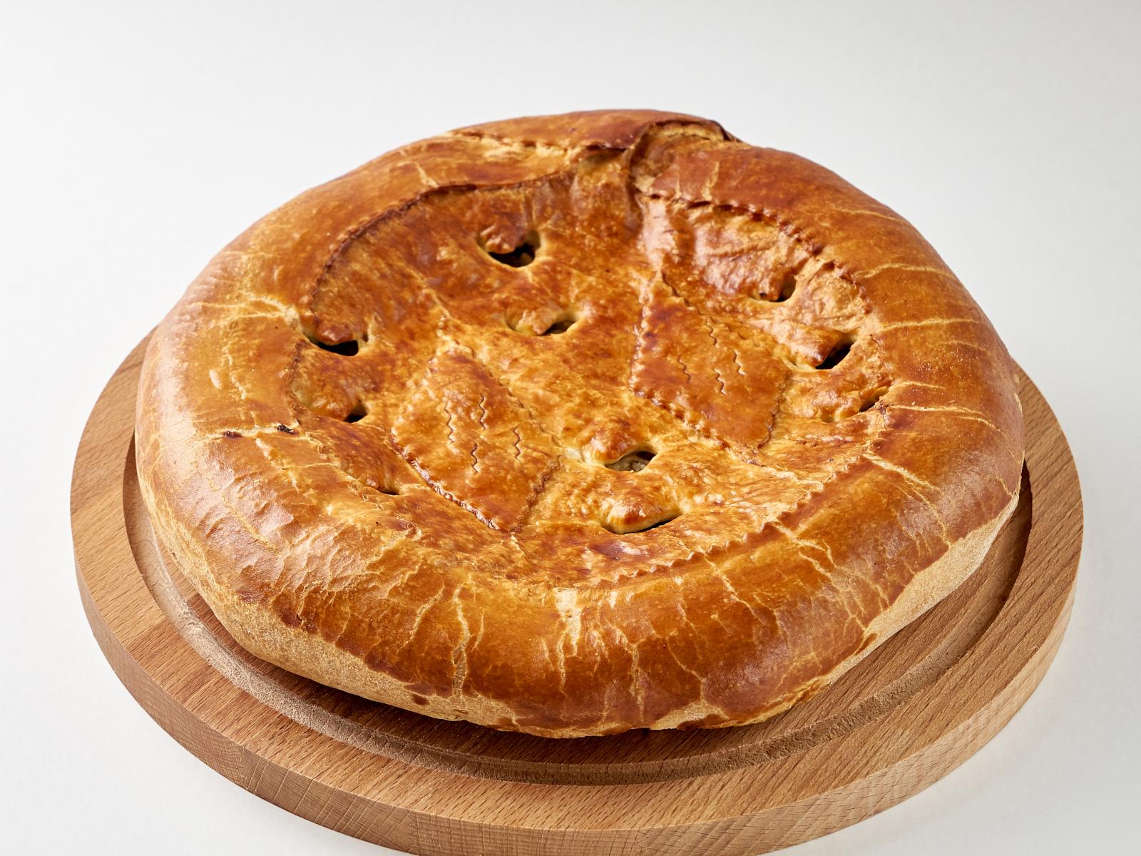 Пирог с мясом цыпленка и грибами целый