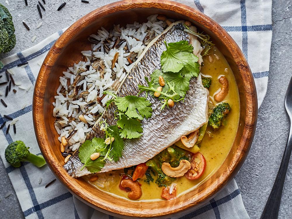 Филе дорадо на пару в соусе карри и тайским рисом