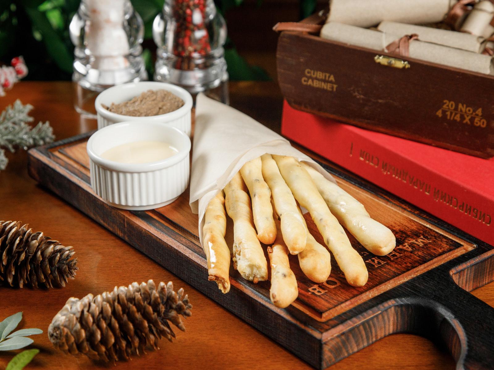 Хлебные палочки с паштетом и сырным соусом