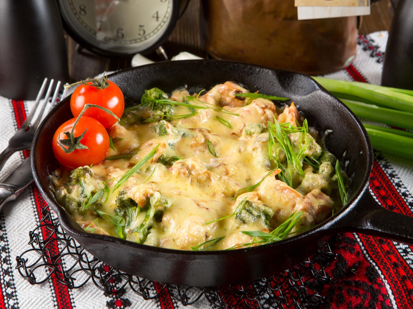 Лосось запеченный с брокколи в сливочном соусе