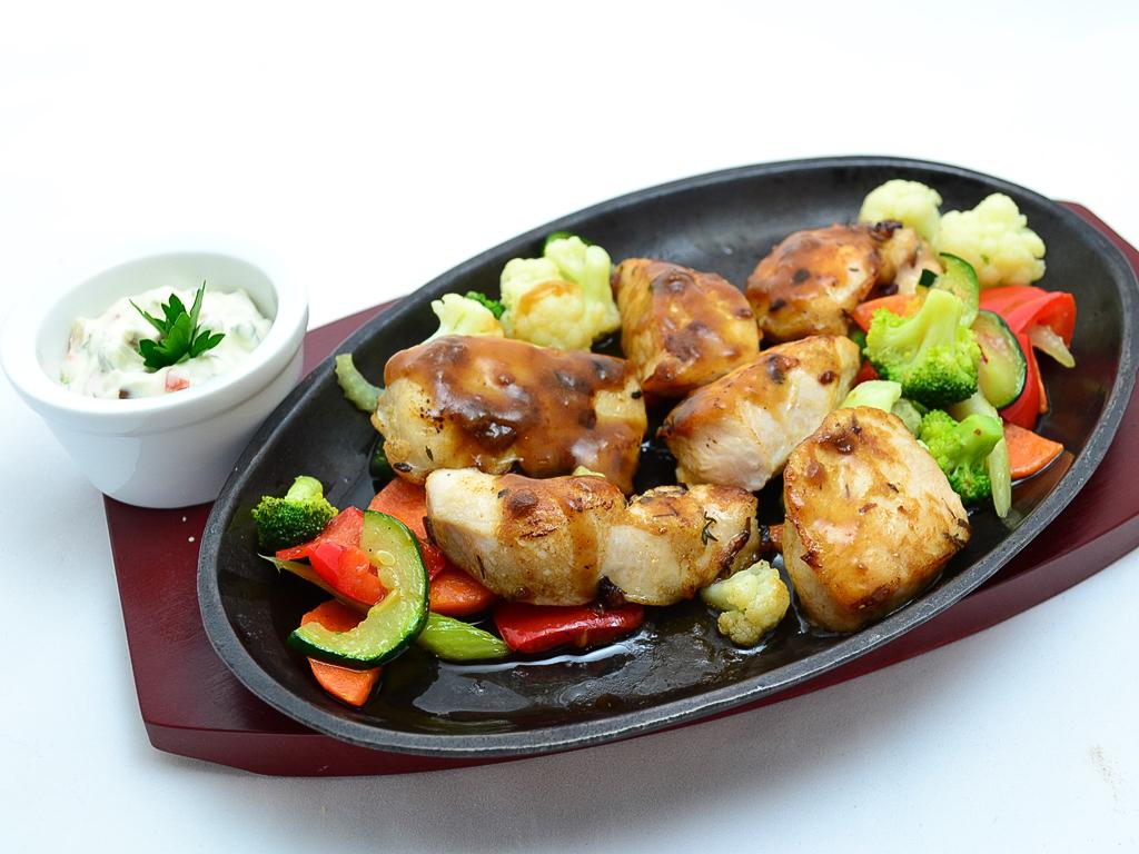 Куриное филе гриль с овощами и соусом тартар