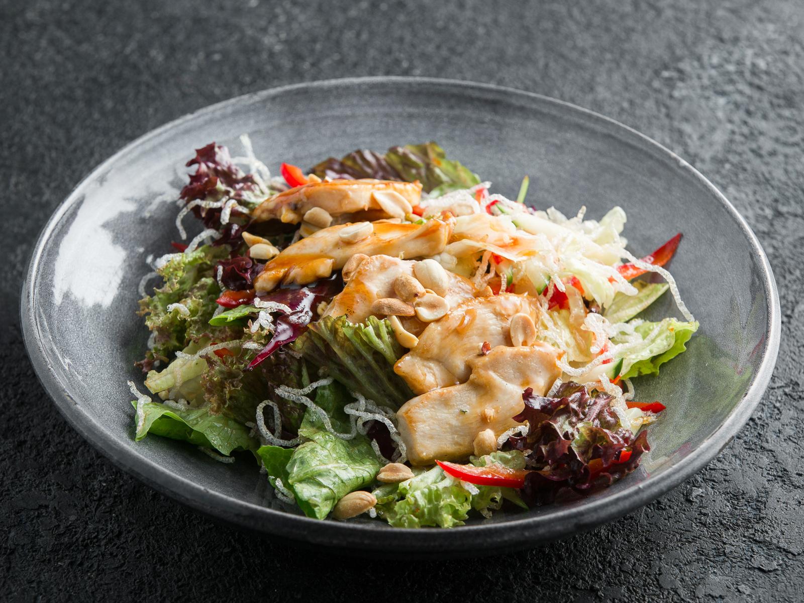 Тайский салат с курицей терияки и хрустящей фунчозой
