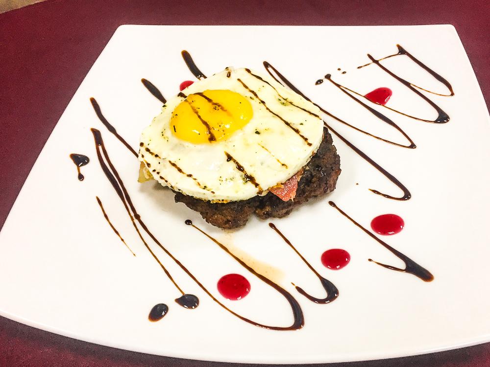 Говяжий бифштекс с беконом и яйцом