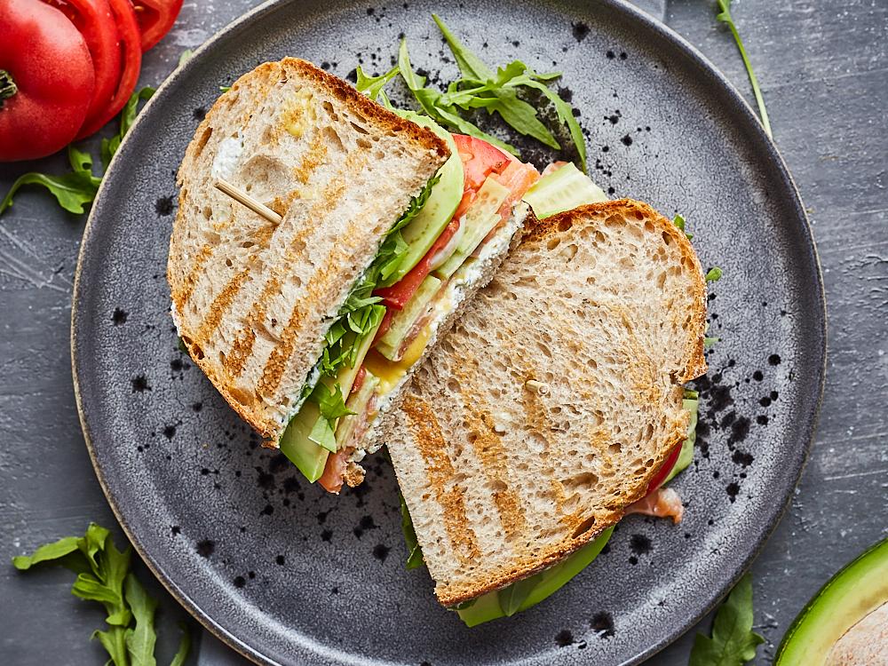 Сэндвич с копченным лососем и рикоттой